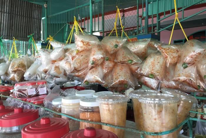 Món bánh tráng Tây Ninh nổi tiếng là món ăn vặt của giới trẻ: từ người già, trẻ, nam, nữ,.. ai ai cũng ghiền