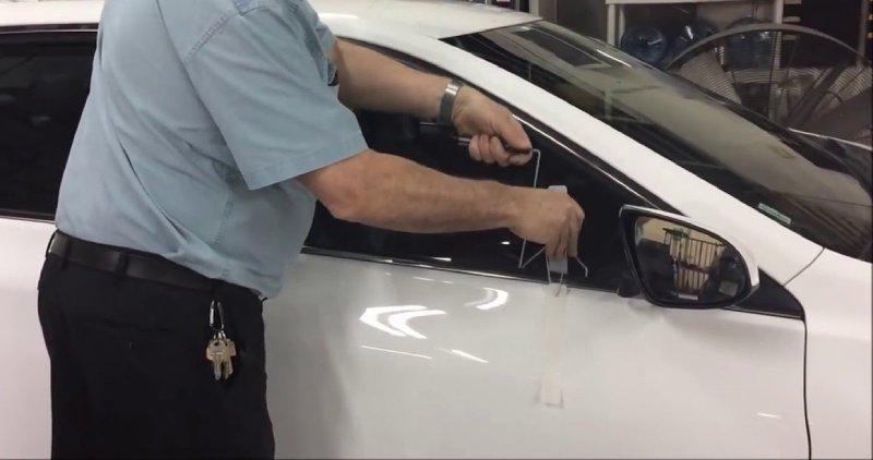 Tám cách mở cửa ô tô khi để quên chìa khóa trong xe